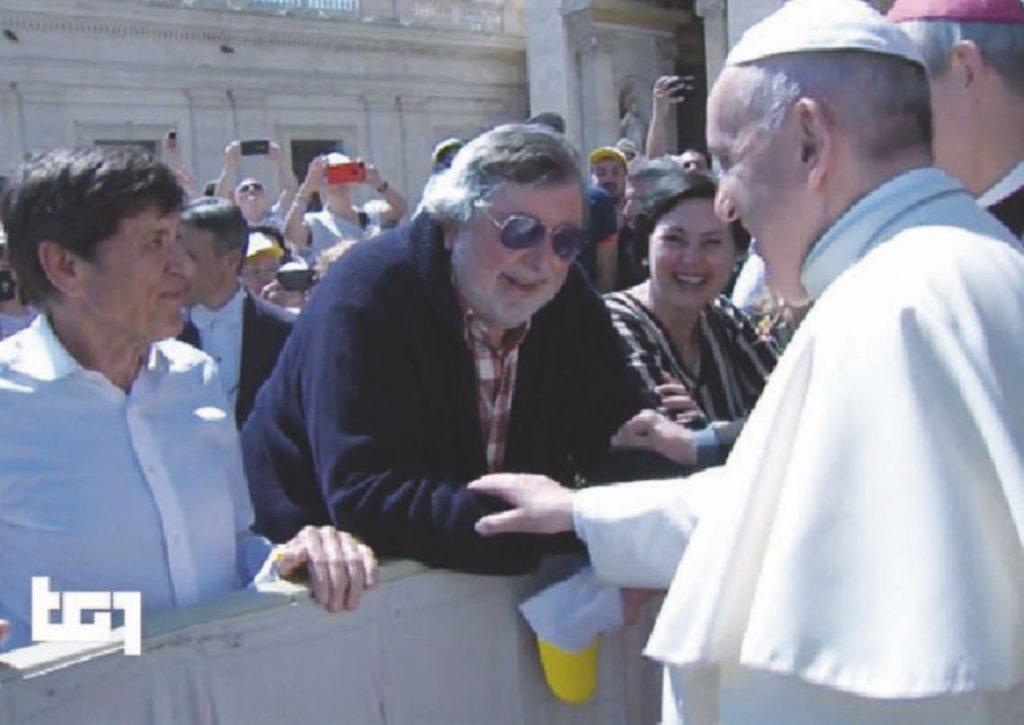 Francesco Guccini saluta Papa Francesco il 25 aprile 2018 insieme a Gianni Morandi