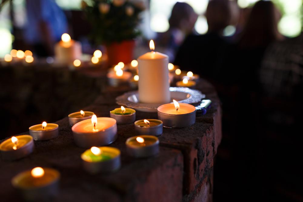 L'immagine della morte, inattesa nelle luci del Natale, come collirio per guardare la vita. Qui le luci di un rito funebre