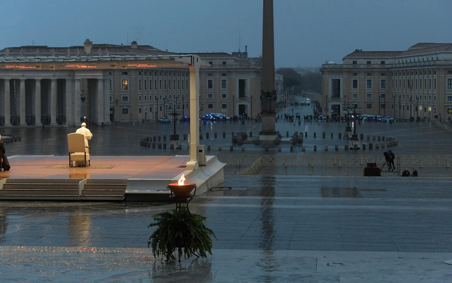 Papa Francesco prega da solo per il Covid